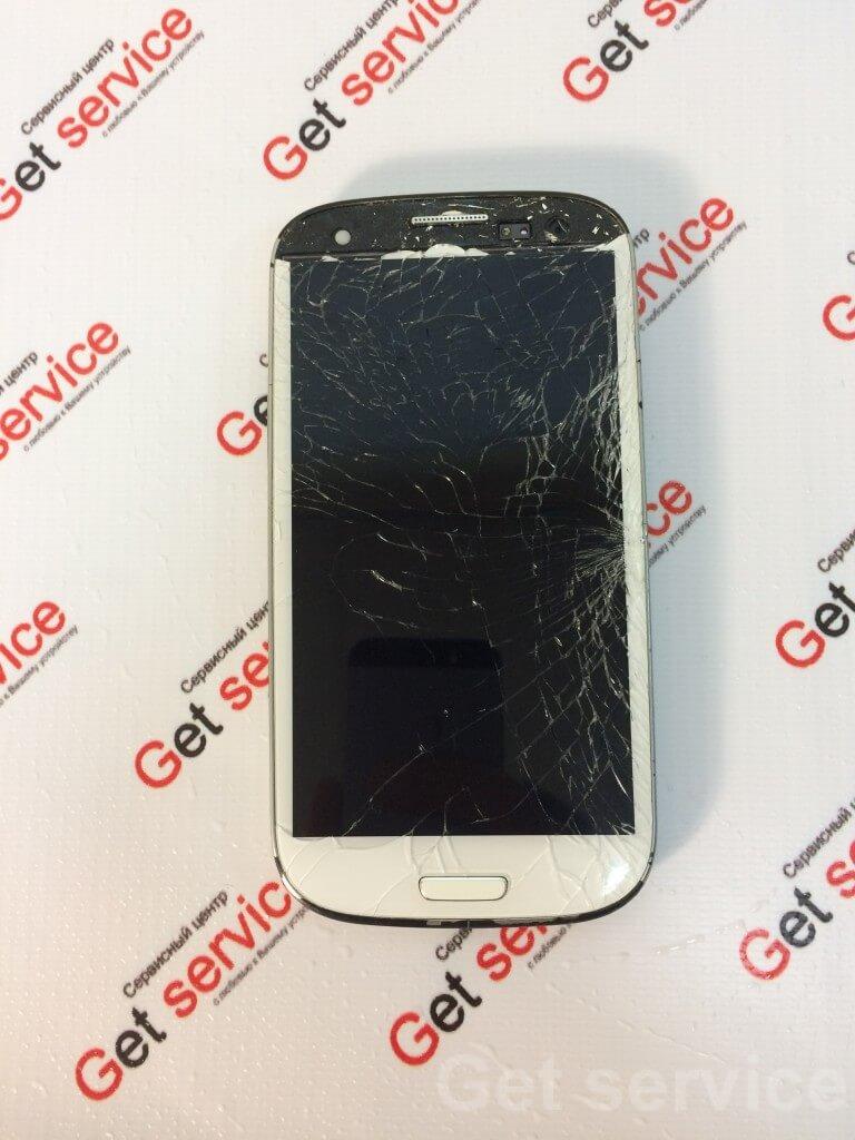 Замена стекла на Samsung Galaxy S3 i9300 производится в несколько этапов. Сначала отделяется стекло от дисплея с помощью сепаратора или же вручную, если стекло разбито на мелкие части, как в данном случае. Затем тщательно отмываем поверхность самого дисплея от остатков клея и мелкого стекла. На идеально чистый дисплей наносится клей TP-2500F (ультрафиолетовый), на него ложем новое стекло и ждем, пока клей растечется по всему дисплею равномерным слоем. На финальной стадии засвечиваем склеенный дисплейный модуль под ультрафиолетовой лампой. Замена стекла на Samsung S3 i9300