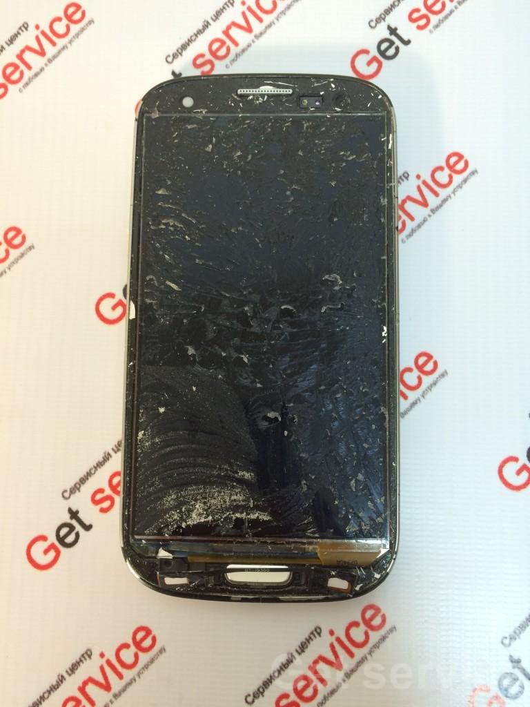 Замена стекла на Samsung Galaxy S3 i9300 производится в несколько этапов. Сначала отделяется стекло от дисплея с помощью сепаратора или же вручную, если стекло разбито на мелкие части, как в данном случае. Затем тщательно отмываем поверхность самого дисплея от остатков клея и мелкого стекла. На идеально чистый дисплей наносится клей TP-2500F (ультрафиолетовый), на него ложем новое стекло и ждем, пока клей растечется по всему дисплею равномерным слоем. На финальной стадии засвечиваем склеенный дисплейный модуль под ультрафиолетовой лампой. Замена стекла на Samsung S3 i9300 со снятым стеклом